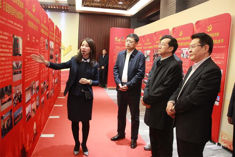 """万博体育app世界杯民营企业家用歌舞与诗词""""感恩新中国"""""""